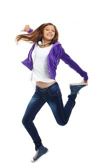 Adolescente energética saltando
