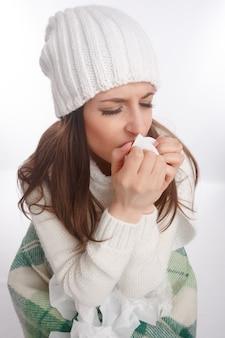 Adolescente enferma tosiendo