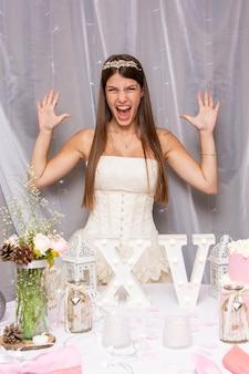 Adolescente entusiasta celebrando su quinceañera
