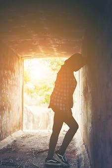 Adolescente estresada con su cabeza contra la pared
