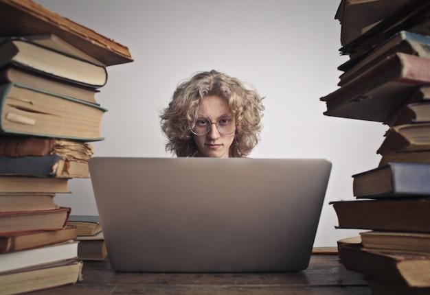 Adolescente estudiando duro