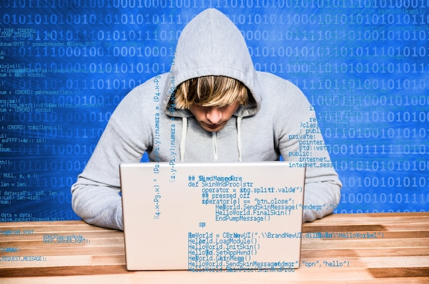 Adolescente estudiando informática