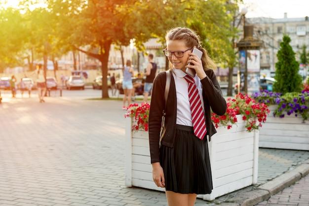 Adolescente estudiante de secundaria en la calle de la ciudad