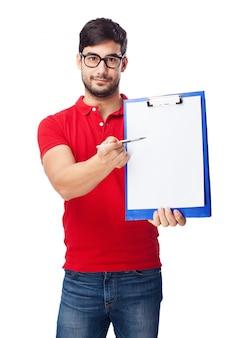 Adolescente feliz sujetando un bolígrafo y un sujetapapeles