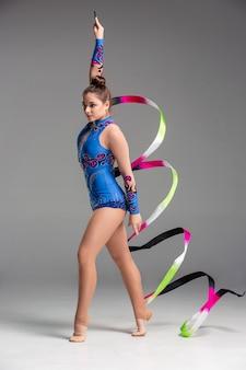 Adolescente haciendo gimnasia danza con cinta