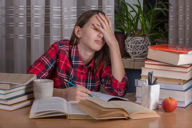 Adolescente está haciendo su tarea