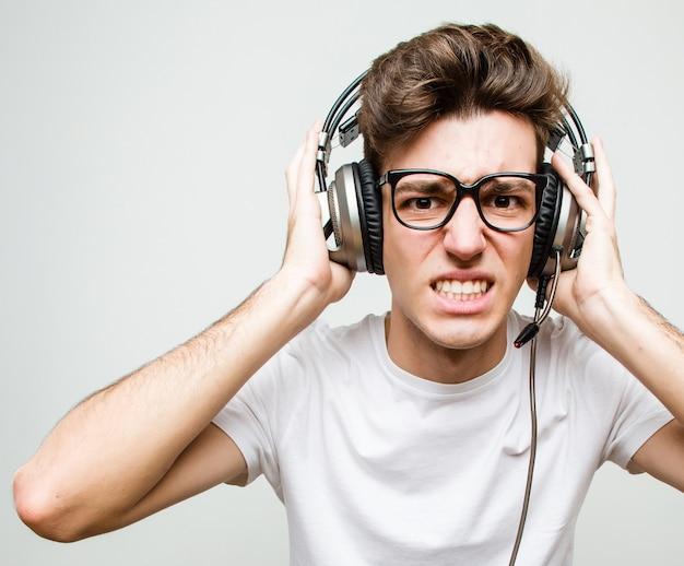Adolescente hombre caucásico jugando juegos de computadora