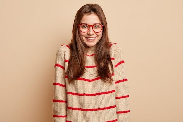 Adolescente de jengibre con anteojos rojos