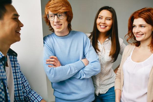 Adolescente con jersey azul y brazos cruzados
