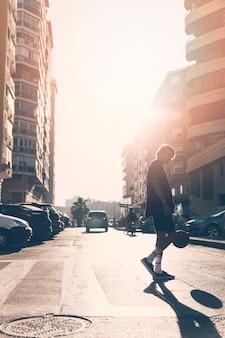 Adolescente jugando al baloncesto en la calle