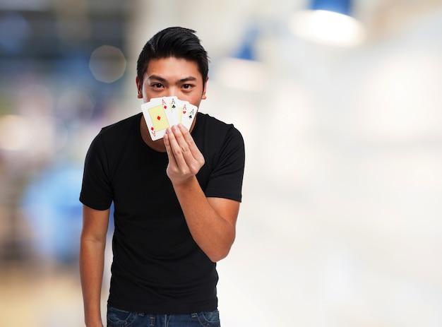 Adolescente jugando a las cartas