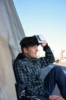 Adolescente jugando con gafas de realidad virtual.