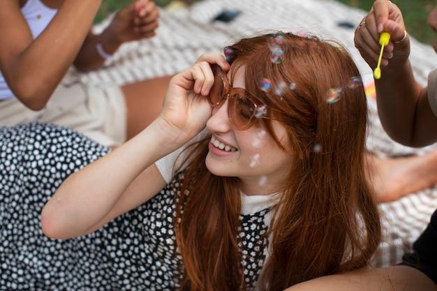 Adolescente jugando con pompas de jabón
