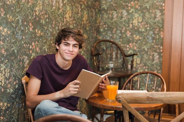 Adolescente con libro sonriendo