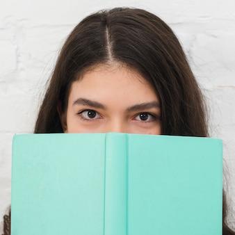 Adolescente con libro