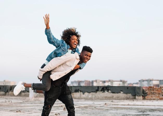 Adolescente llevando joven al aire libre