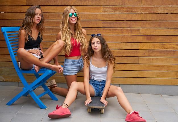 Adolescente mejor amigo grupo de chicas y skate.
