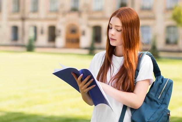 Adolescente mirando las notas del proyecto