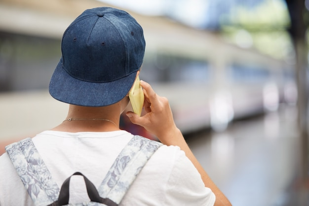 Adolescente con mochila y gorra