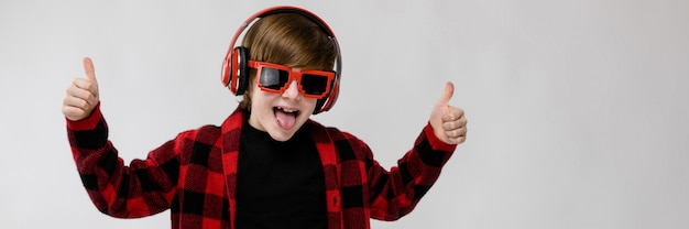 Adolescente en moda clother y auriculares