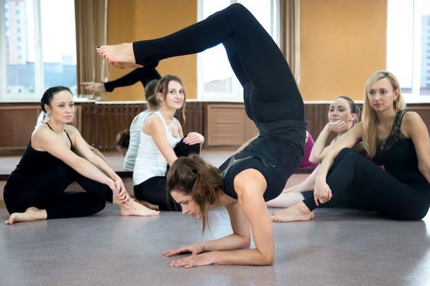 Adolescente mostrando su flexibilidad