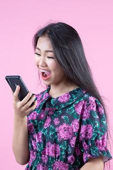 Adolescente mostrando teléfono y emociones faciales.