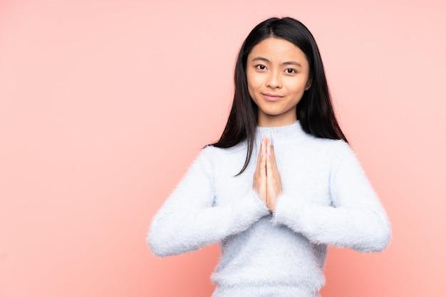 Adolescente mujer china aislada en rosa