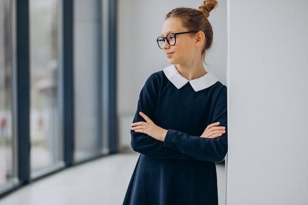 Adolescente niña en uniforme escolar