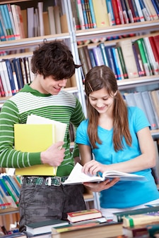 Adolescente pasando página de un libro