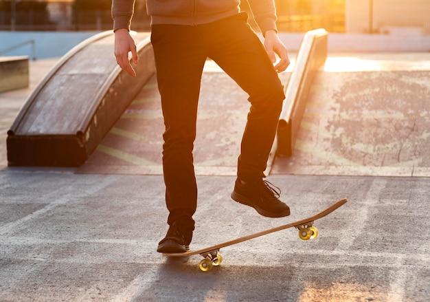 Adolescente con patineta cerrar