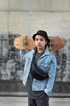 Adolescente con patineta