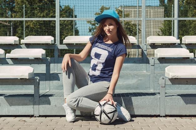 Adolescente en el patio de la escuela