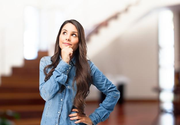 Adolescente pensativa llevando camiseta vaquera