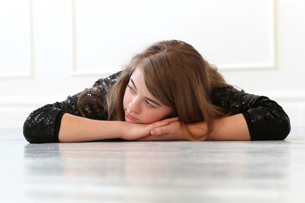 Adolescente en el piso