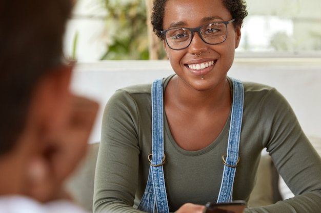 Adolescente positiva tiene piel oscura y saludable