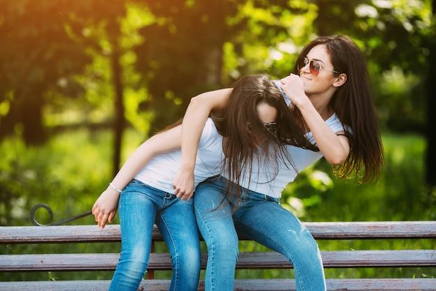 Adolescente, rubbing, hermanas, cabeza, afuera