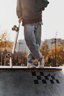 Adolescente en el skatepark posando con patineta