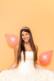 Adolescente sonriente celebrando su quinceañera