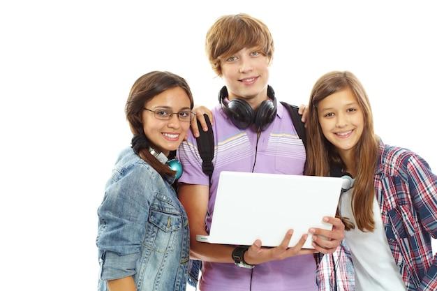 Adolescente sujetando un ordenador portátil