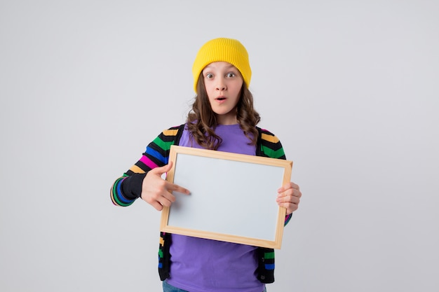 Adolescente tiene un tablero de dibujo vacío
