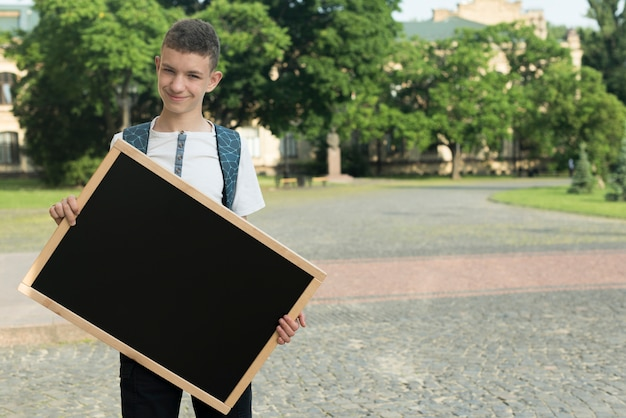 Adolescente de tiro medio con tablero negro