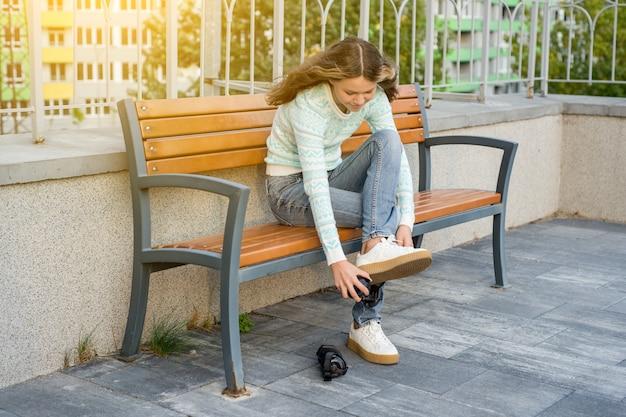Adolescente viste ruedas en zapatillas de deporte
