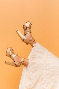 Adolescente con zapatos dorados