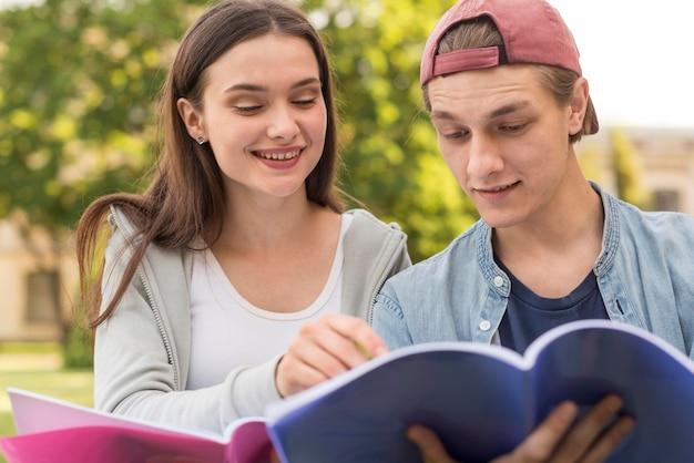 Adolescentes discutiendo proyecto juntos