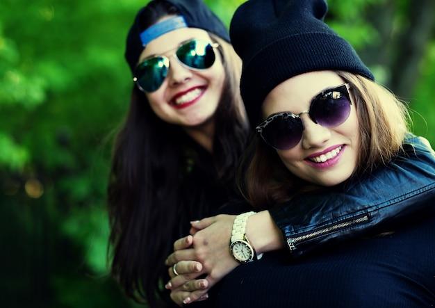 Adolescentes, divertirse al aire libre. feliz verano.