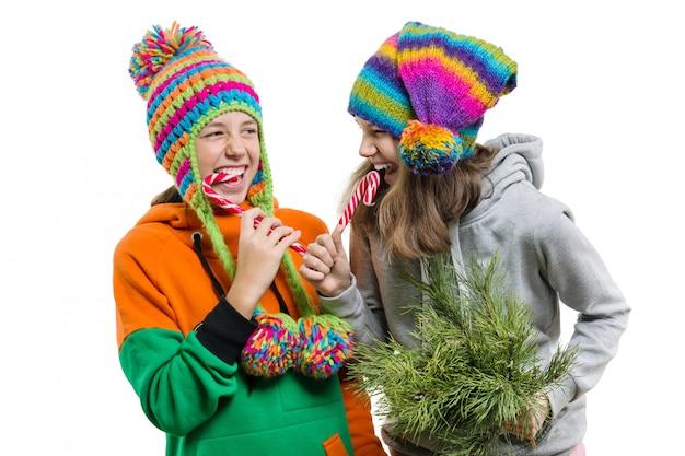 Adolescentes divirtiéndose con bastones de caramelo de navidad