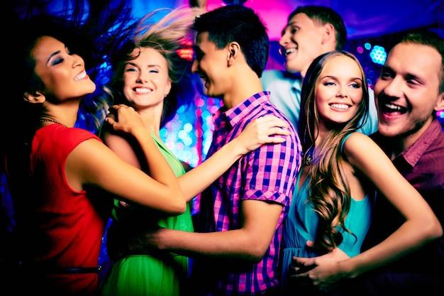 Adolescentes divirtiéndose por la noche