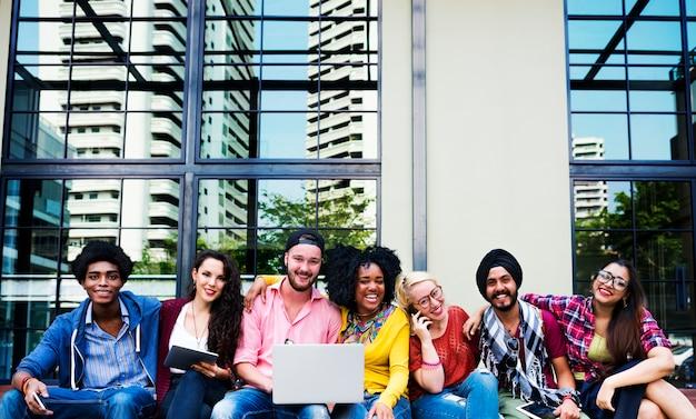 Adolescentes equipo joven juntos concepto alegre
