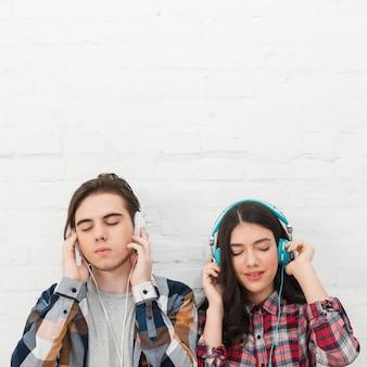 Adolescentes escuchando música