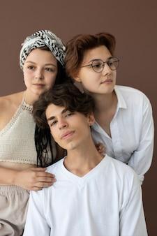 Adolescentes con estilo posando juntos